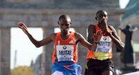 452857_le-kenyan-geoffrey-mutai-g-franchit-en-vainqueur-la-ligne-d-arrivee-du-39e-marathon-de-berlin-le-30-septembre-2012